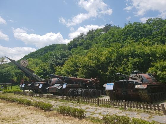 두타연 조각공원에 있는 전차와 자주포. 박진호 기자