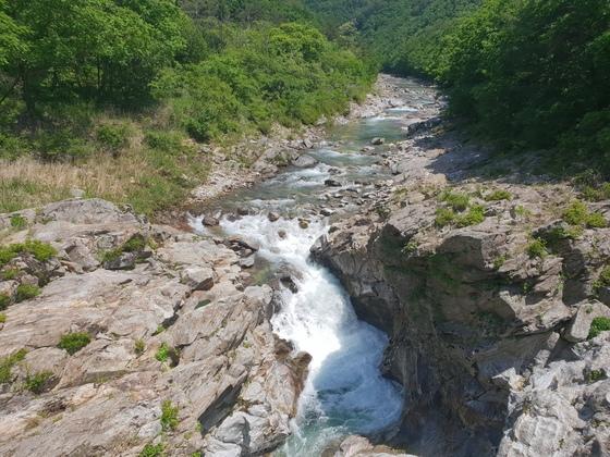 두타연 폭포 위쪽 한반도 지형으로 파인 암반 위를 흐르는 계곡물. 박진호 기자