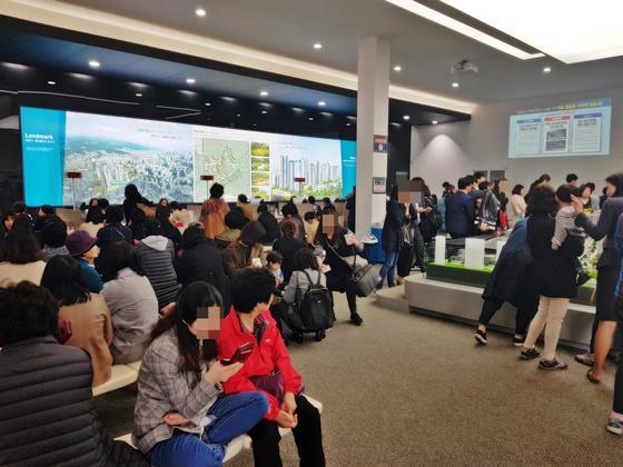 지난 3월 서울 마포구 염리3구역 재개발 아파트 '마포 프레스티지 자이' 견본주택을 찾은 방문객들이 전시시설을 둘러보고 있다. [연합뉴스]