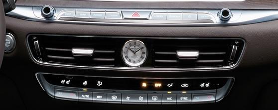 K9 센터페시아 정가운데 위치한 '모리스 라크로와'가 디자인한 시계. [사진 기아차]