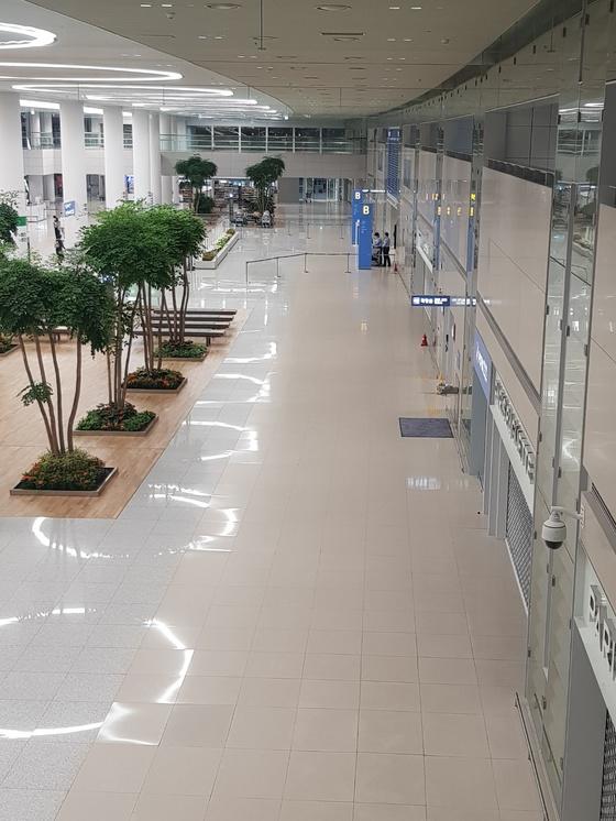 심야시간에는 인천공항 2터미널이 '개점휴업'상태다.1층 도착장에 일부 직원만 보인다. 함종선 기자