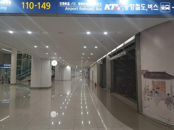 인천공항 2터미널 지하1층의 식당가. 대부분의 식당이 밤 10시만 되면 문을 닫는다. 함종선 기자인천공항 2터미널 지하1층의 식당가. 대부분의 식당이 밤 10시만 되면 문을 닫는다. 함종선 기자