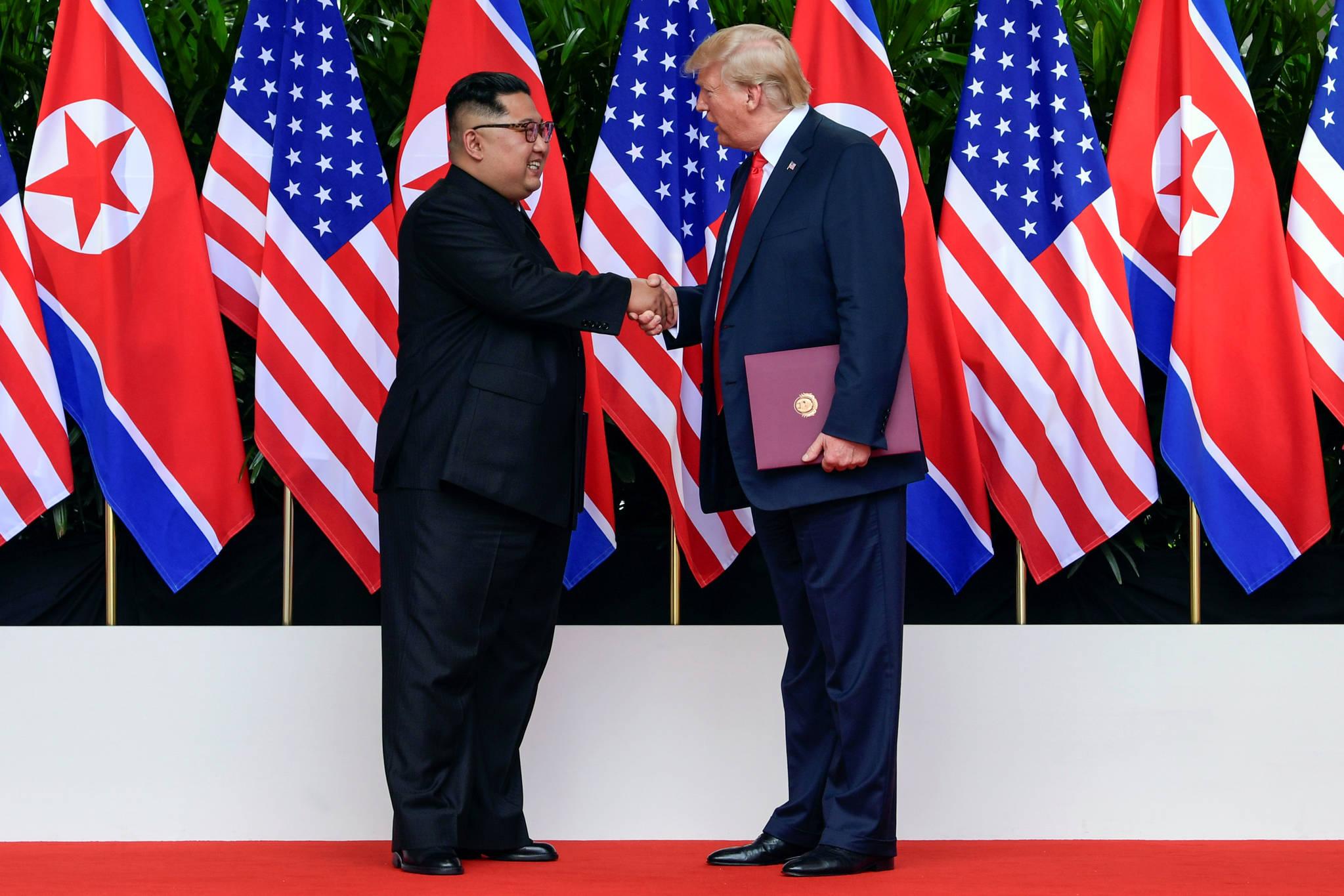 양 정상이 악수하고 있다. 20cm의 키 차이가 나는데도 불구하고 김정은 위원장과 트럼프 대통령이 눈높이가 비슷하다. [로이터=연합뉴스]