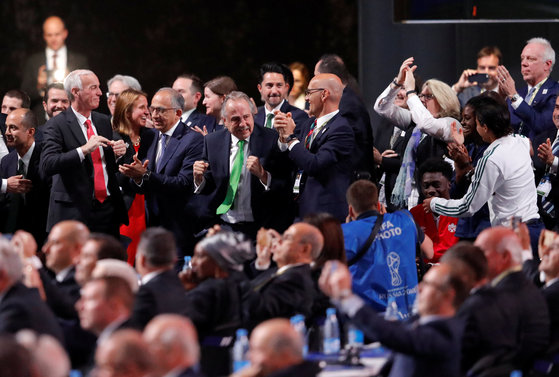 13일 열린 FIFA 총회에서 2026년 월드컵 유치에 성공한 미국-캐나다-멕시코 대표단이 환호하고 있다. [AP=연합뉴스]