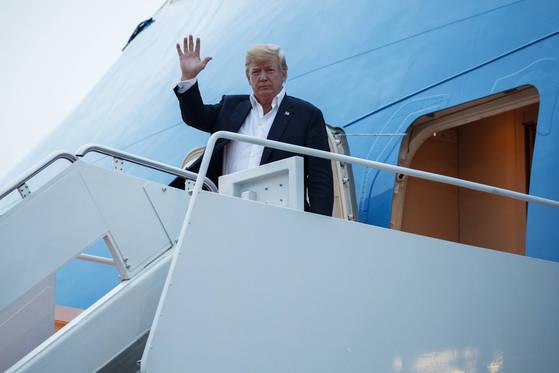 13일(현지시간) 싱가포르에서 북미 정상회담을 마친 도널드 트럼프 미국 대통령이 메릴랜드주 앤드류스 공군기지에 도착하여 인사하고 있다. [AP=연합뉴스]