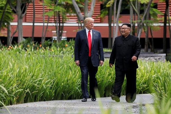 도널드 트럼프 미국 대통령과 김정은 북한 국무위원장이 오찬을 한 뒤 통역없이 산책하고 있다. [로이터=연합뉴스]