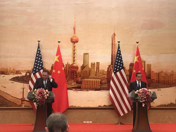 폼페이오 미 국무장관과 왕이 중국 국무위원이 14일 베이징 인민대회당에서 기자회견을 하고 있다. [사진=신경진 기자]