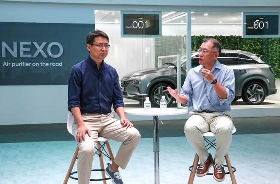 정의선 현대자동차 부회장(오른쪽)은 13일(현지시각) 중국 상하이에서 열린 '소비자가전박람회(CES) 아시아 2018'에서 중국 인공지능 스타트업 딥글린트의 자오용 대표와 기술 협력 파트너십을 체결했다. 사진 뒷편에 보이는 자동차는 현대차의 신형 수소전기차 넥쏘(NEXO) 자율주행차다. [사진 현대차]