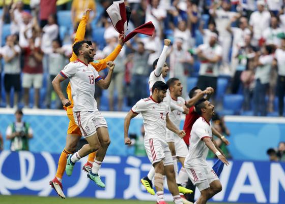 16일 열린 러시아 월드컵 B조 조별리그 1차전에서 환호하는 이란 선수들. [AP=연합뉴스]