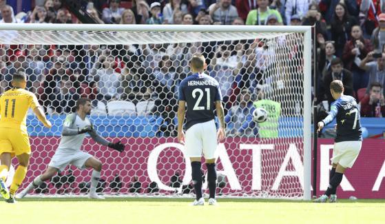 페널티킥 판정 번복...월드컵 첫 선 VAR 첫 수혜는 프랑스