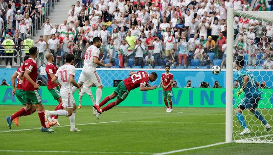 16일 열린 러시아 월드컵 B조 조별리그 1차전에서 후반 추가 시간 자책골을 넣는 모로코의 부하두즈. [로이터=연합뉴스]