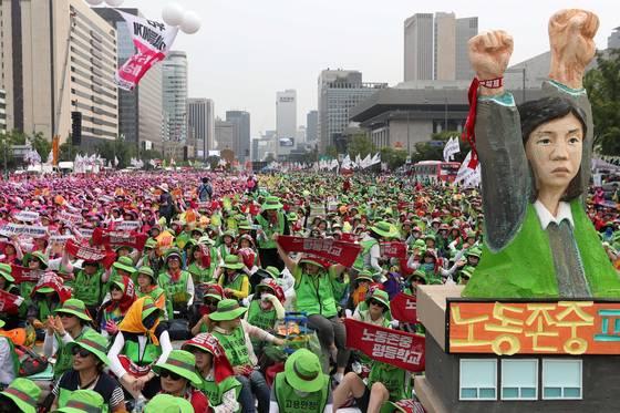 민주노총이 지난해 서울 광화문 광장에서 최저임금 만원 보장과 비정규직 철폐, 노조 할 권리를 요구하는 총파업 대회를 가졌다. 파업에 참가한 노동자들이 구호를 외치고 있다. 장진영 기자.