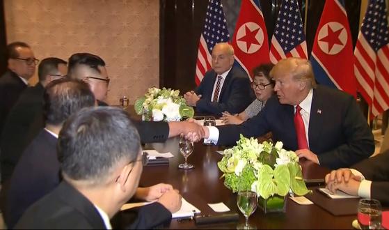 12일 싱가포르에서 열린 정상회담에서 도널드 트럼프 미국 대통령의 통역을 맡은 이연향 국무부 통역국장(오른쪽 둘째)이 김정은 북한 국무위원장의 말을 통역하고 있다. [AP=연합뉴스]
