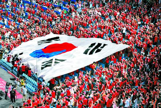 한국 대표팀을 응원하는 시민들이 18일 대구삼성 라온즈파크에서 태극기 응원을 하고 있다. [뉴스1]
