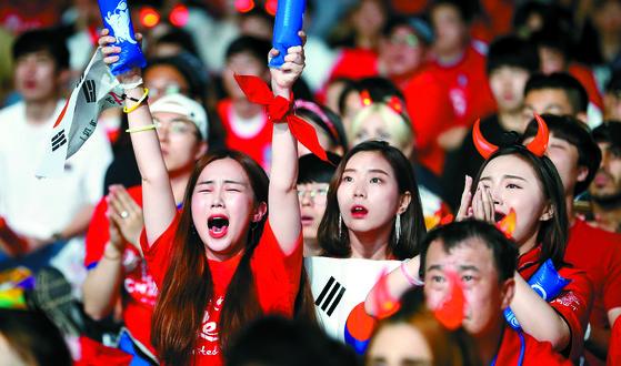 2018 러시아 월드컵 대한민국과 스웨덴의 예선경기가 열린 18일 오후 서울·부산·광주 등 전국 주요 도시의 경기장과 거리에 모인 시민들은 붉은 옷을 입고 '대~한민국'을 외치며 단체 응원을 펼쳤다. 서울광장에 모인 시민들이 경기를 지켜보고 있다. [뉴스1]