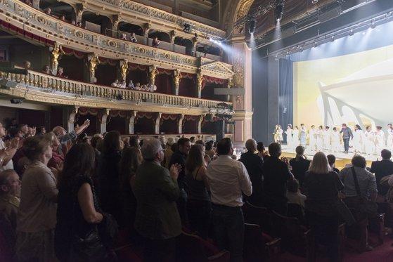16일 오스트리아 빈의 오페라 극장 '테아터 안 데어 빈'에서 창극 '트로이의 여인들' 첫 공연이 끝난 뒤 800석 자리를 꽉 채운 관객들이 자리에서 일어나 박수와 환호를 보내고 있다. [사진 국립극장]