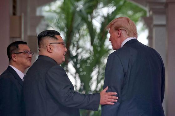 12일 역사적인 정상회담에서 김정은 북한 국무위원장이 도널드 트럼프 대통령과 대화하는 것을 돕고 있는 북측 김주성 통역관. [뉴시스]