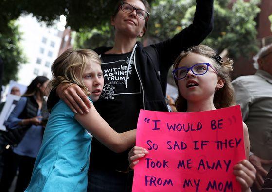 19일 미국 샌프란시스코에서는 수백명의 시민들이 모여 '무관용 정책'을 비판하는 시위를 벌였다. [AFP=연합뉴스]