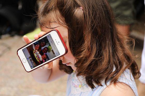에콰도르 출신 이민자 파블로 비야비센시오의 딸 루치아나가 18일(현지시간) 미국 뉴욕 연방정부사무소 건물 앞에서 열린 '비야비센시오 석방 촉구 기자회견'에서 핸드폰 속 가족 사진을 보여주고 있다. [EPA=연합뉴스]