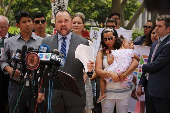 18일(현지시간) 미국 뉴욕 연방정부사무소 건물 앞에서 열린 ' 에콰도르 출신 이민자 파블로 비야비센시오 석방 촉구 기자회견'에서 뉴욕 시의회 의장 코리 존슨이 발언하고 있다. [게티이미지=연합뉴스]