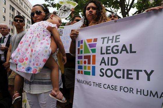 18일(현지시간) 미국 뉴욕 연방정부사무소 건물 앞에서 열린 ' 에콰도르 출신 이민자 파블로  비야비센시오 석방 촉구 기자회견'에서 비야비센시오의 막내 딸 안토니아가 엄마 품에 잠들어 있다. [게티이미지=연합뉴스]