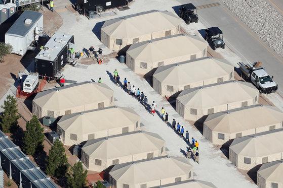 트럼프 정부의 불법이민 '무관용 정책'에 따라 텍사스주에 만들어진 임시 보호시설. 아이들이 부모와 떨어져 격리수용되는 시설이다. [로이터=연합뉴스]