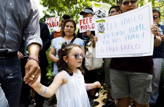 에콰도르 출신 이민자 파블로 비야비센시오의 딸 루치아나가 18일(현지시간) 미국 뉴욕 연방정부사무소 건물 앞에서 열린 '비야비센시오 석방 촉구 기자회견'에 참석하고 있다. [EPA=연합뉴스]