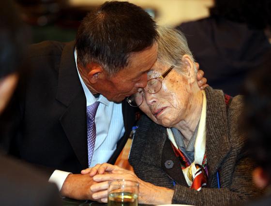 2015년 10월26일 강원 고성 금강산호텔에서 열린 제20차 남북이산가족상봉 2차 작별상봉행사에서 이금석 할머니가 북측의 아들 한송일 씨와 눈믈을 흘리며 헤어지기 전 이야기를 나누고 있다. [사진공동취재단]