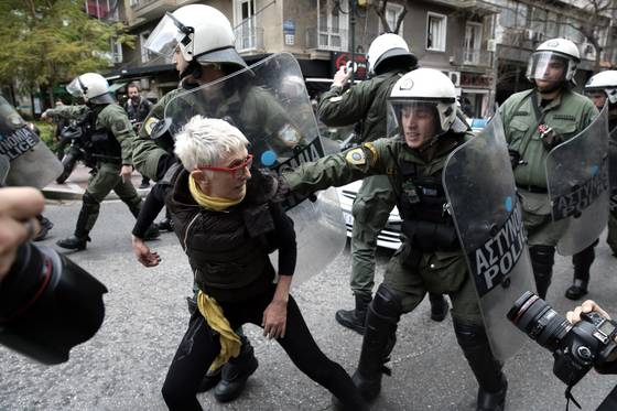 부채를 갚지 못하는 이들의 부동산을 그리스 정부가 장제 처분하고 나서자 주민들이 반발하는 시위를 벌였다. [EPA=연합뉴스]