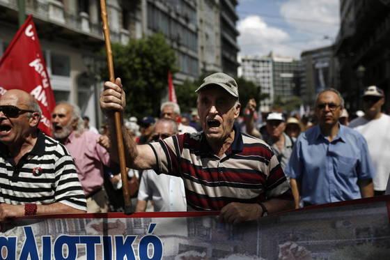 그리스 연금 수급자들이 정부의 긴축 정책에 항의하는 시위를 벌이고 있다. [EPA=연합뉴스]