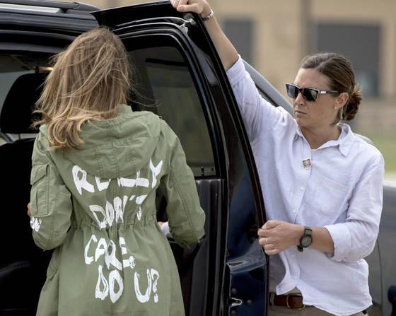 멜라니아 트럼프가 21일(현지시간) 텍사스주 방문 직전 대통령 전용기에 타기 위해 메릴랜드 공군기지에 도착한 뒤 비행기로 이동하는 차량에 타고 있다. [AP=연합뉴스]