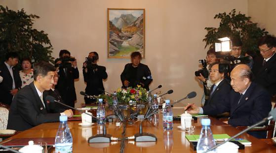 22일 북한 금강산호텔에서 남측 수석대표 박경서 대한적십자사 회장(오른쪽)과 북측 수석대표인 박용일 조국평화통일위원회 부위원장(왼쪽) 등이 참석한 가운데 남북적십자회담이 열리고 있다. [연합뉴스]