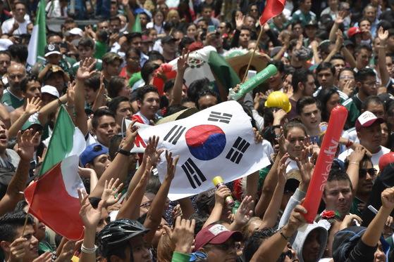 [서소문사진관]축구로 형제된 멕시코 하루종일 들썩들썩~