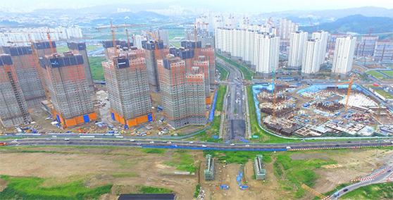 정부가 28일 건설산업 혁신방안을 내놓으면서 건설업계에 어떤 영향을 줄지 주목된다. 사진은 경기도 남양주시의 한 아파트 공사 현장.