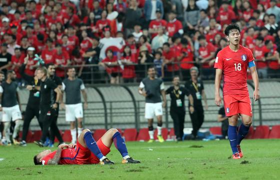 지난해 8월31일 이란과의 러시아 월드컵 최종예선에 나섰던 김영권(오른쪽). [사진 일간스포츠]