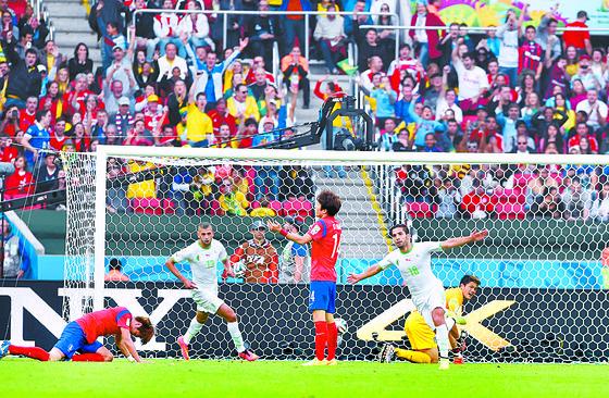 2014 브라질 월드컵 알제리전 당시 실점한 뒤 그라운드에 엎드려 절규하던 김영권(왼쪽). [중앙포토]