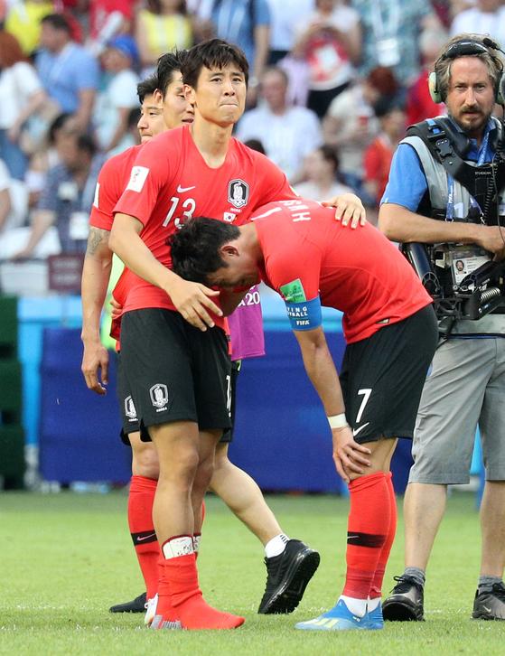 2018 FIFA 러시아 월드컵 F조 조별예선 한국과 독일의 경기가 27일 카잔 아레나에서 열렸다. 2-0로 승리한 뒤 구자철이 손흥민을 격려하고 있다. 임현동 기자