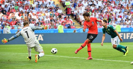 28일 열린 러시아 월드컵 F조 조별리그 3차전 독일전에서 후반 추가 시간 선제 결승골을 넣는 김영권(오른쪽). 카잔=임현동 기자