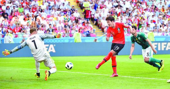한국-독일전 후반 추가시간, 손흥민이 코너킥 한 공이 문전에서 혼전 중 독일 수비수 몸에 맞고 자신의 발 앞에 떨어지자 김영권이 독일 골키퍼 마누엘 노이어를 피해 골을 넣고 있다. 선심이 오프사이드 깃발을 들었으나 비디오 판독(VAR) 결과 골로 인정됐다. [임현동 기자]