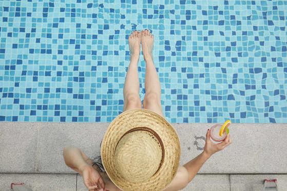 비투숙객 야외 수영장을 이용할 수 있다. [사진 메종글래드 호텔]
