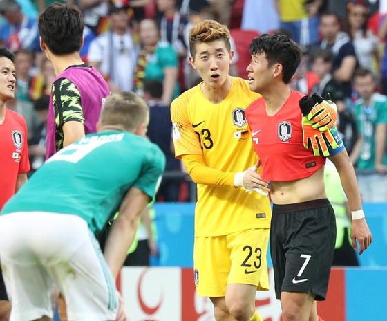 2018 FIFA 러시아 월드컵 F조 조별예선 한국과 독일의 경기가 27일 카잔 아레나에서 열렸다. 손흥민과 조현우 골키퍼가 2-0로 승리한 뒤 축하하고 있다. 임현동 기자