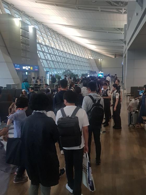 1일 오후 2시50분 출발예정이었던 미국 LA행 아시아나비행기가 기내식 문제로 지연돼 오후 6시쯤 탑승을 시작하고 있다. 함종선 기자