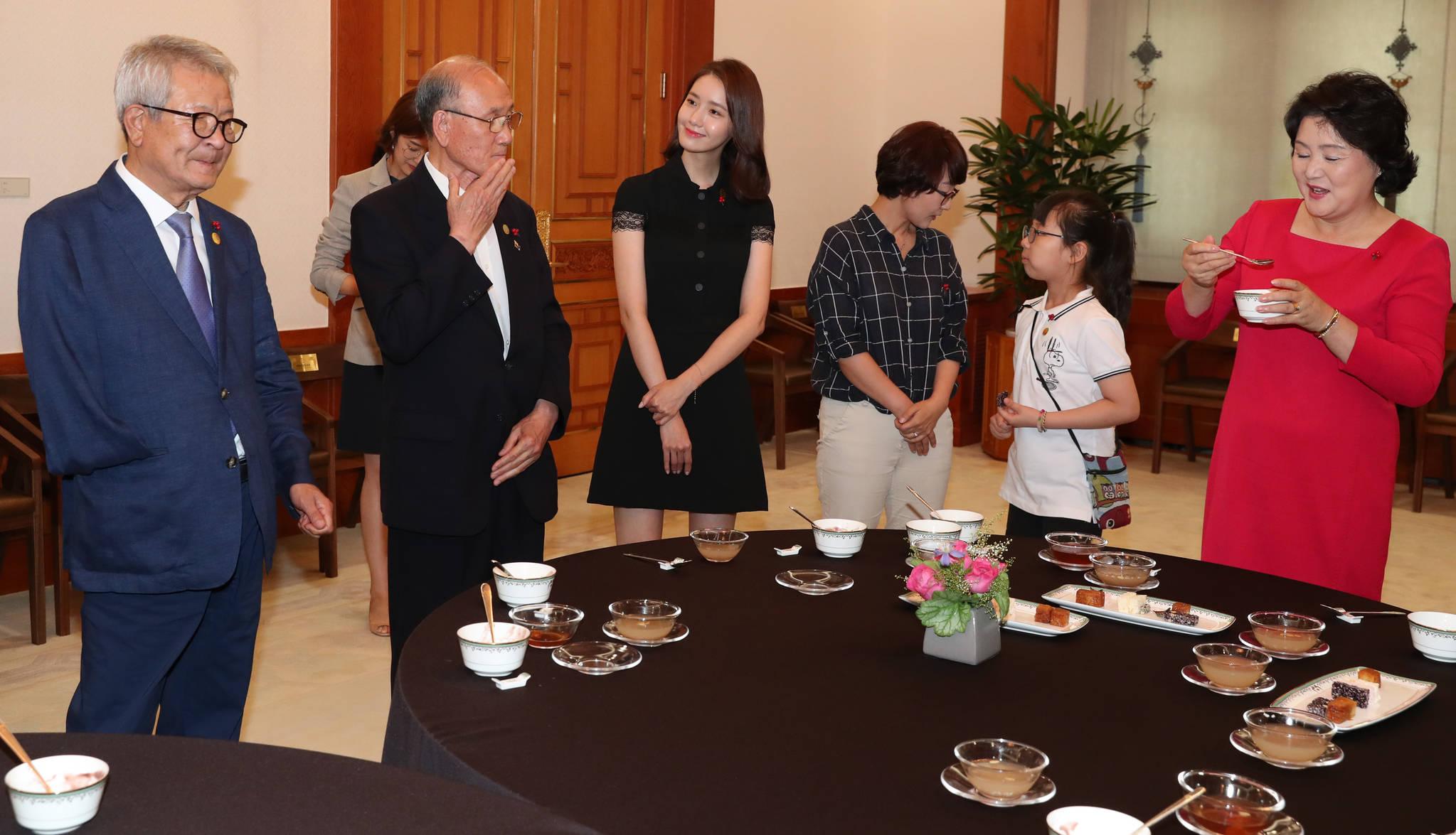 김정숙 여사가 3일 오후 청와대 본관 에서 사회복지공동모금회 기부자 초청 오찬에 앞서 다과를 들며 이야기를 나누고 있다. 청와대사진기자단