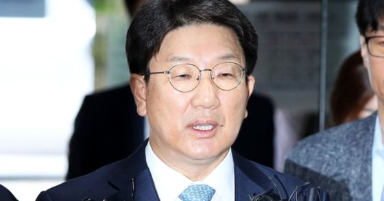 권성동 자유한국당 의원이 4일 오전 서울 서초구 중앙지방법원에서 열린 구속 전 피의자 심문을 받기 위해 출석하며 기자들의 질문에 답하고 있다. 장진영 기자