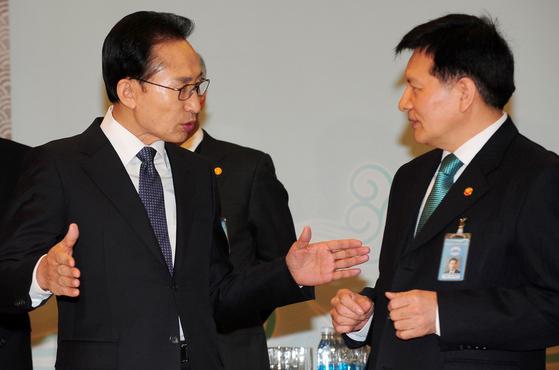 2012년 당시 이명박 대통령과 이채필 전 고용노동부 장관. [중앙포토]