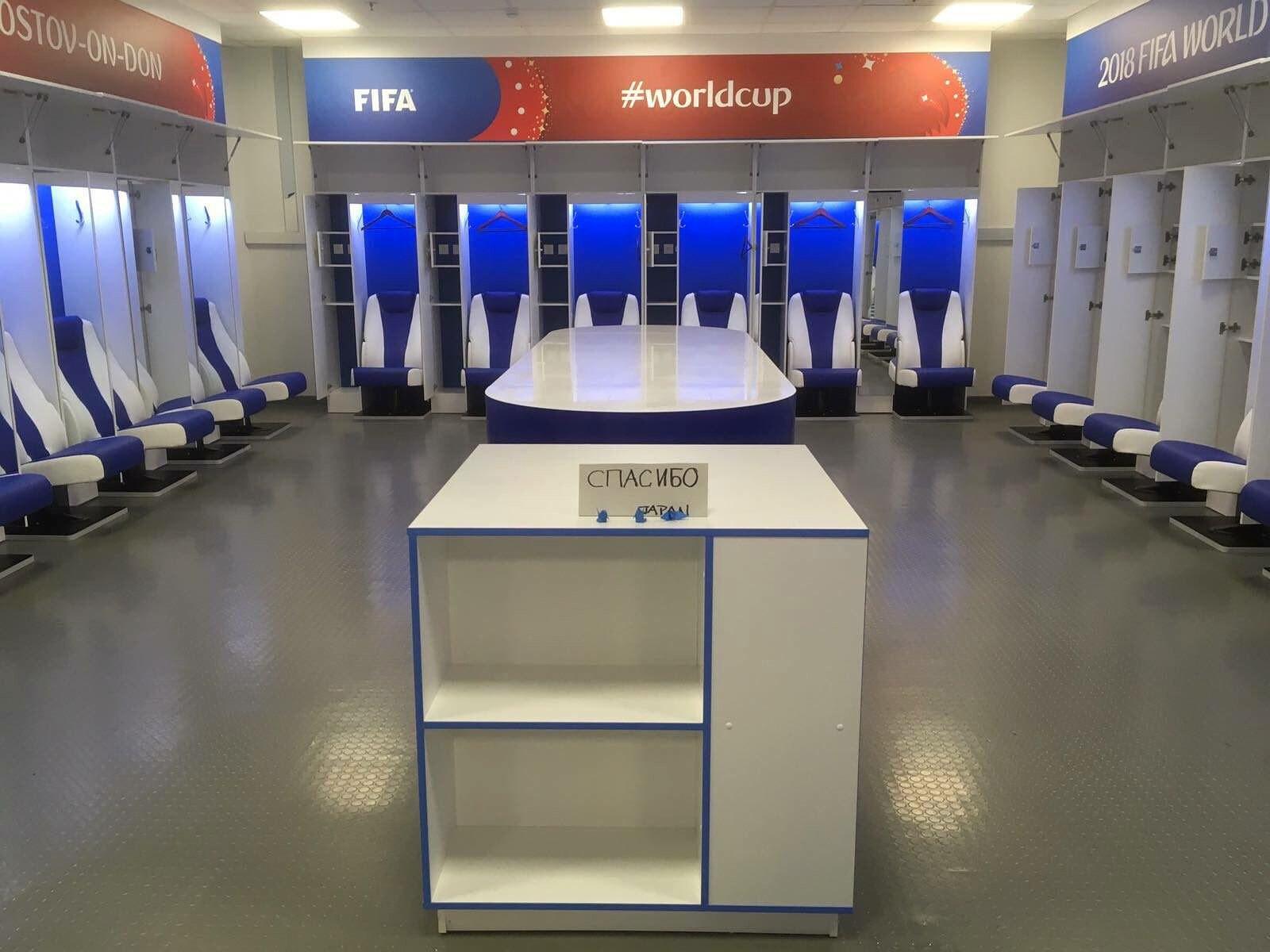 국제축구연맹(FIFA)의 경기장 책임자인 프리실라 얀슨이 3일(한국시간) 자신의 트위터에 일본 대표팀이 떠난 후 깨끗한 라커룸 사진을 공개했다. 일본 축구대표팀 직원들은 2018 러시아 월드컵 16강전에서 벨기에에 3-2 역전패를 당한 뒤 라커룸을 깨끗하게 청소하고 돌아갔다. 또한 러시아어로 '감사합니다'라는 메모도 남겼다. [사진 트위터]