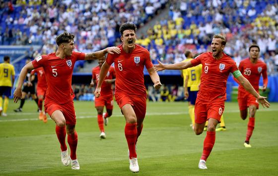 8일 열린 러시아 월드컵 8강 스웨덴전에서 전반 30분 선제골을 터뜨린 뒤 기뻐하는 잉글랜드 수비수 해리 맥과이어(가운데). [신화=연합뉴스]