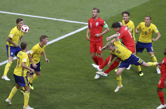 8일 열린 러시아 월드컵 8강 스웨덴전에서 전반 30분 선제골을 터뜨리는 잉글랜드 수비수 해리 맥과이어. [AP=연합뉴스]