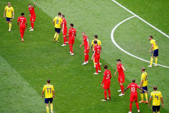 8일 열린 러시아 월드컵 8강 스웨덴전에서 프리킥 상황을 준비하는 잉글랜드 선수들(붉은색). [로이터=연합뉴스]