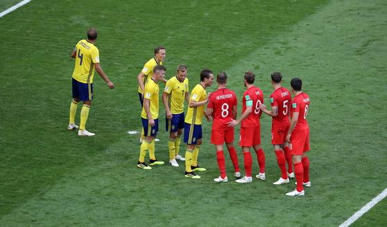 8일 열린 러시아 월드컵 8강 스웨덴전에서 코너킥 상황을 준비하는 잉글랜드 선수들(붉은색). [EPA=연합뉴스]